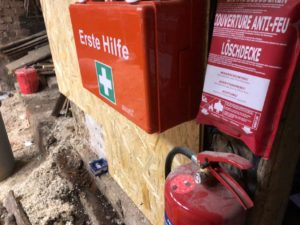Erste Hilfe / Feuerlöschinsel in der Tenne