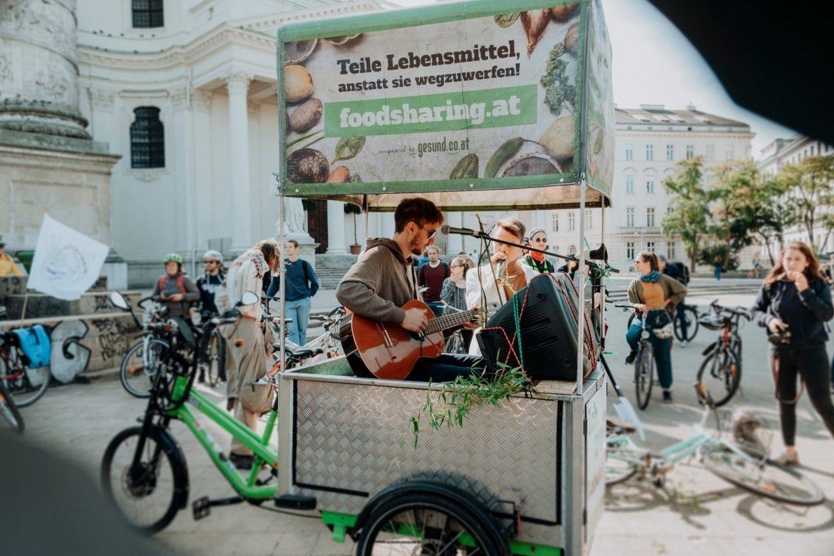 Musikalische_Begleitung_am_Lastenrad_(48779575706)
